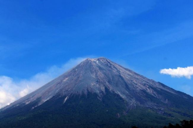 The Semeru Mount, the highest in Indonesia