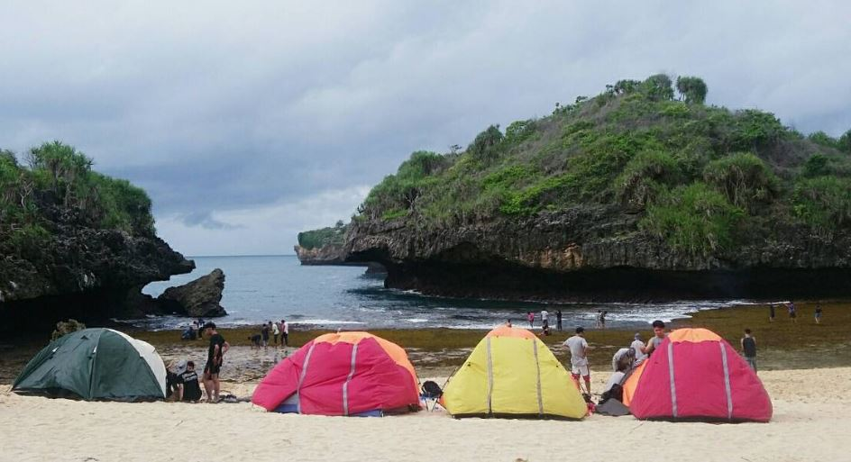 camping on the edge of the siung beach