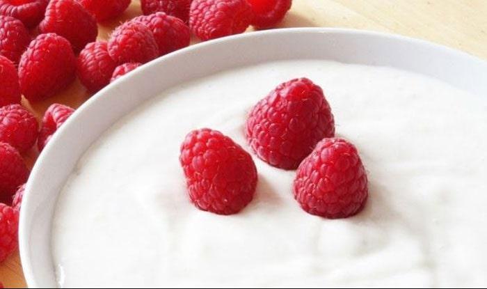 Mengkonsumsi yogurt untuk obat sakit perut