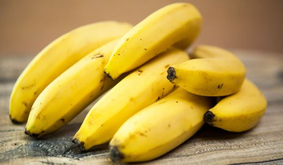 eating banana in morning